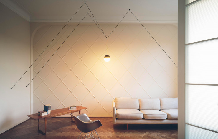 Une suspension de la collection « String Light » à tête sphérique (Flos), très architecturale.