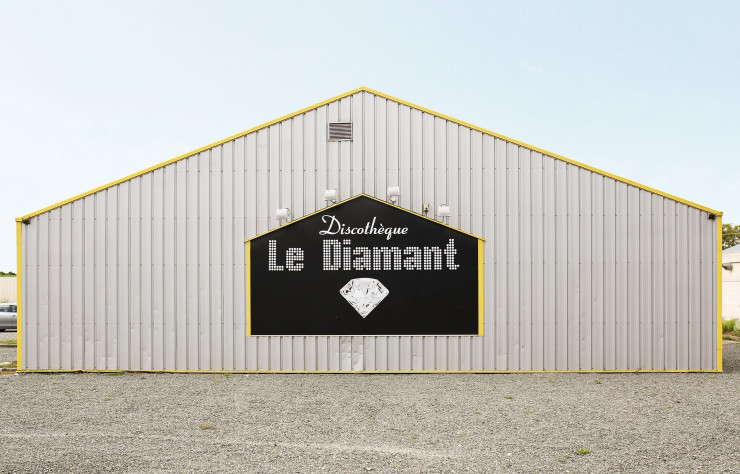 « Le Diamant – 53150 Neau (Mayenne) ». Photo de François Prost. Série After Party (2011-2017).