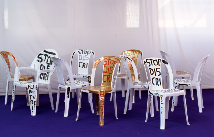 « Statement Chair : Stop Discrimination of Cheap Furniture ! », 2004, de Martí Guixé (détail).