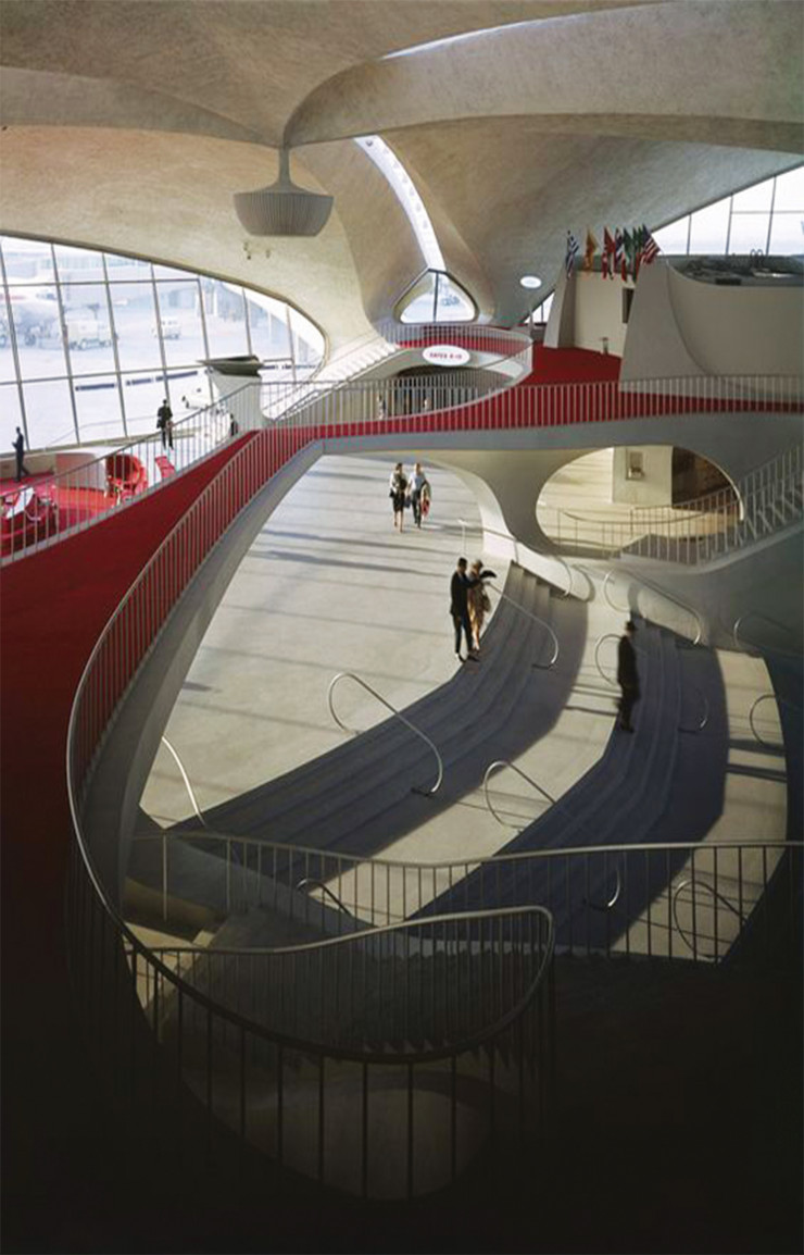 Le hall central du TWA Flight Center, ses lignes ahurissantes et sa mythique moquette rouge.