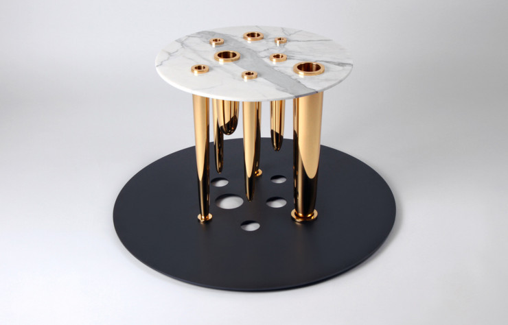Table Glory Hole ponctuée de soliflores en laiton.