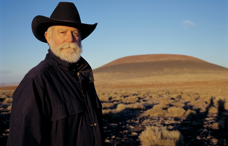James Turrell devant le cratère de Roden (Arizona) au coucher du soleil, en octobre 2001.