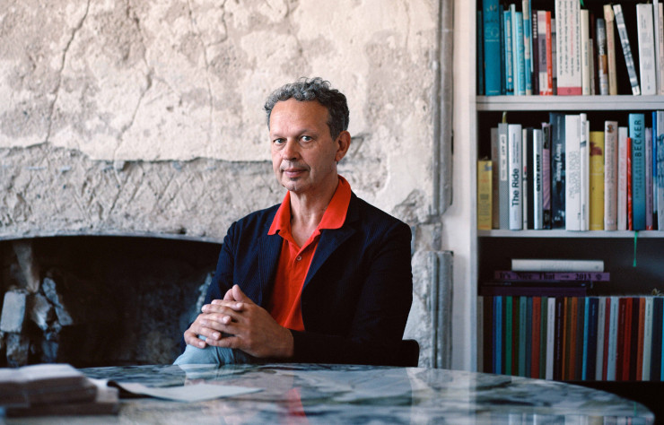 Tom Dixon, sagement assis à son bureau…