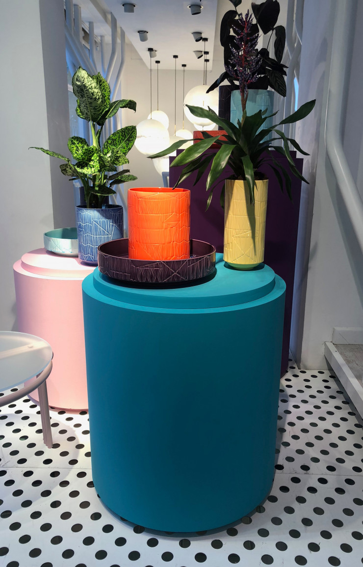 Installation de Bethan Laura Wood au showroom Moroso.