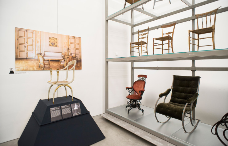 Vue de l'exposition « Seats of power » au Vitra Design Museum.