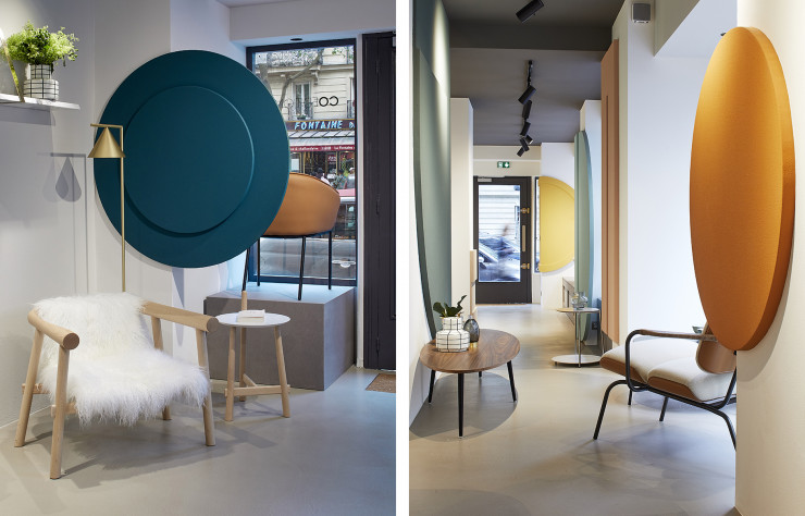 A gauche, Fauteuil « Altay » blanc et guéridon « Altay », design Patricia Urquiola. A droite, table basse ovale « Soho », design Coedition Studio. De dos, fauteuil « Bluemoon », design Patrick Jouin.