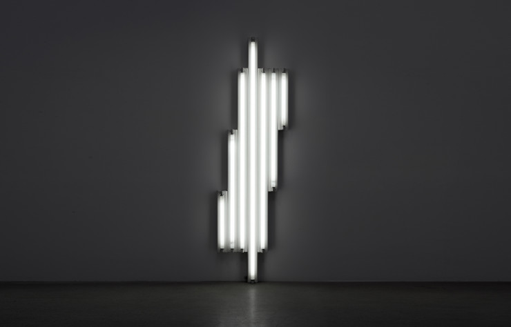 « « Monument » for V. Tatlin » (1967), de Dan Flavin. Composition faite de néons fluorescents blancs.