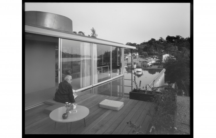 Richard Neutra prenant l'air sur la terrasse de son penthouse californien…