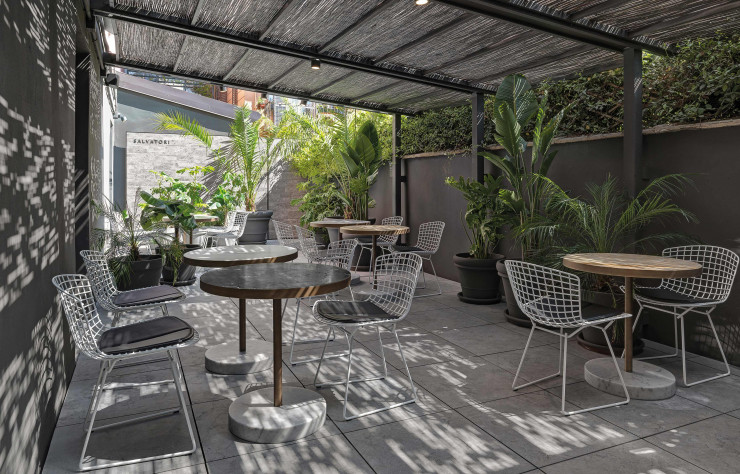 La visite du showroom Salvatori se poursuit sur la terrasse ombragée.