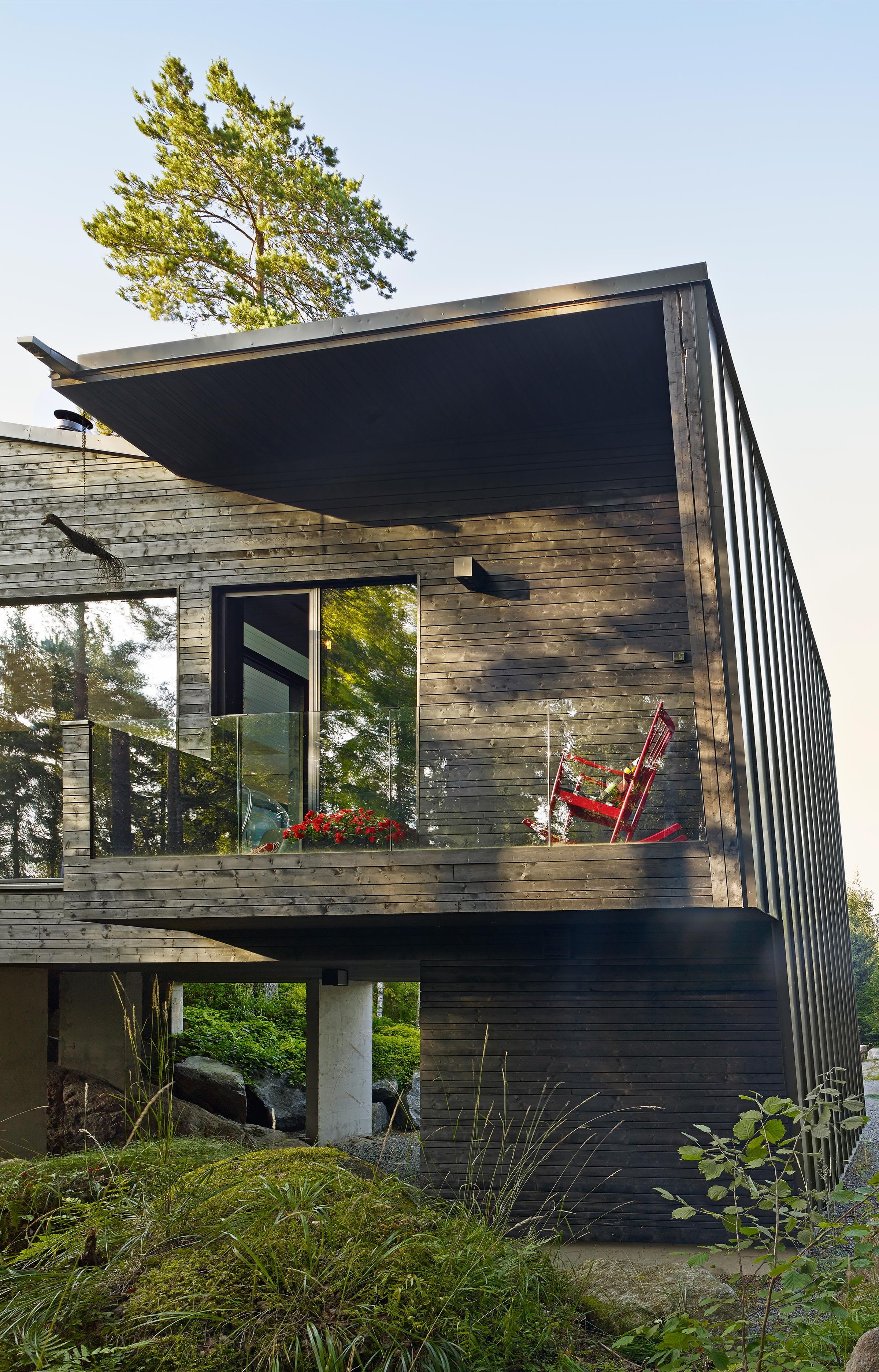 Les façades, en panneaux de bois irréguliers enduits de goudron  ~ Goudron De Bois